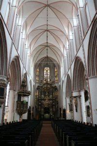 Altar, Kronleuchter und Kanzel