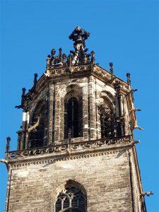 Turm mit Krabben besetztem Helm