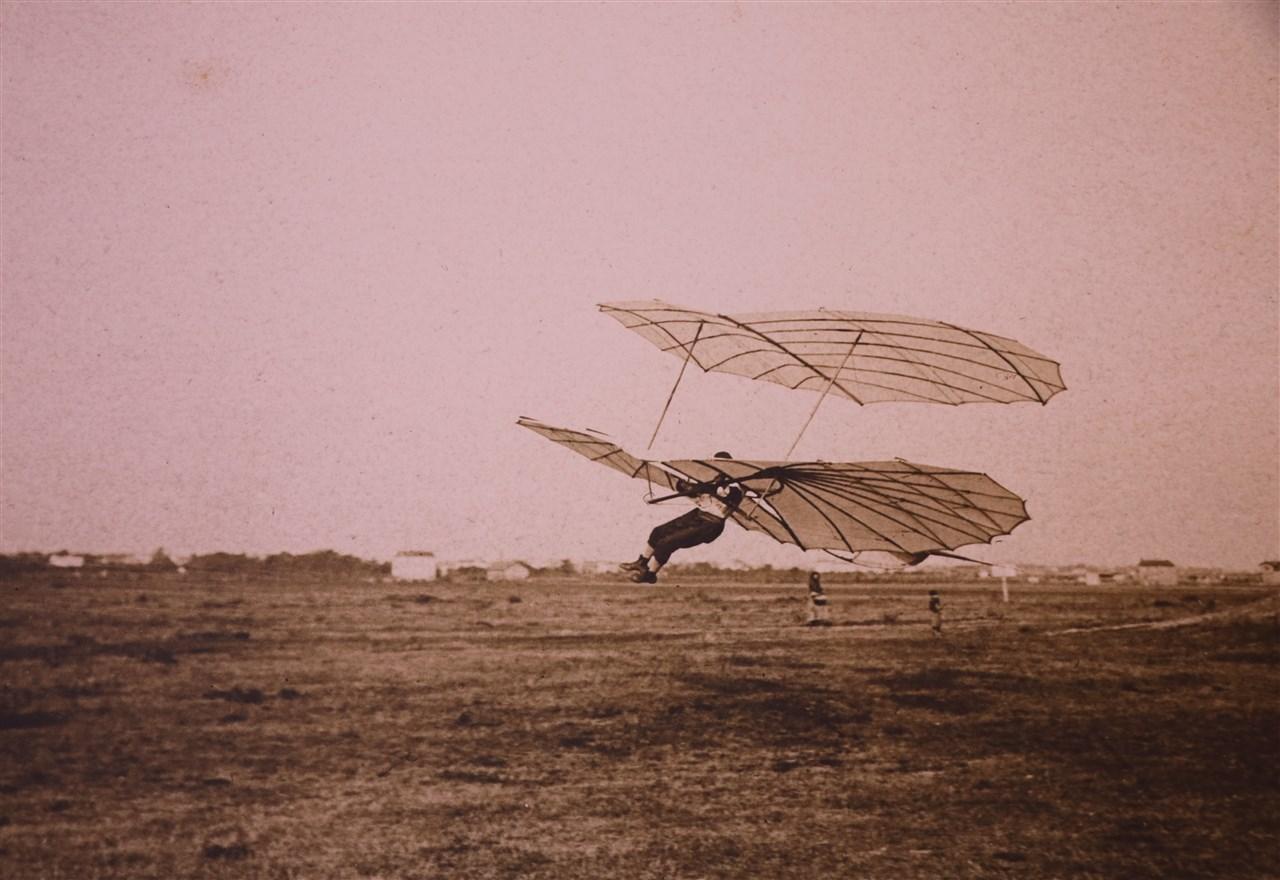 Lilienthal mit Doppeldecker am Fliegeberg