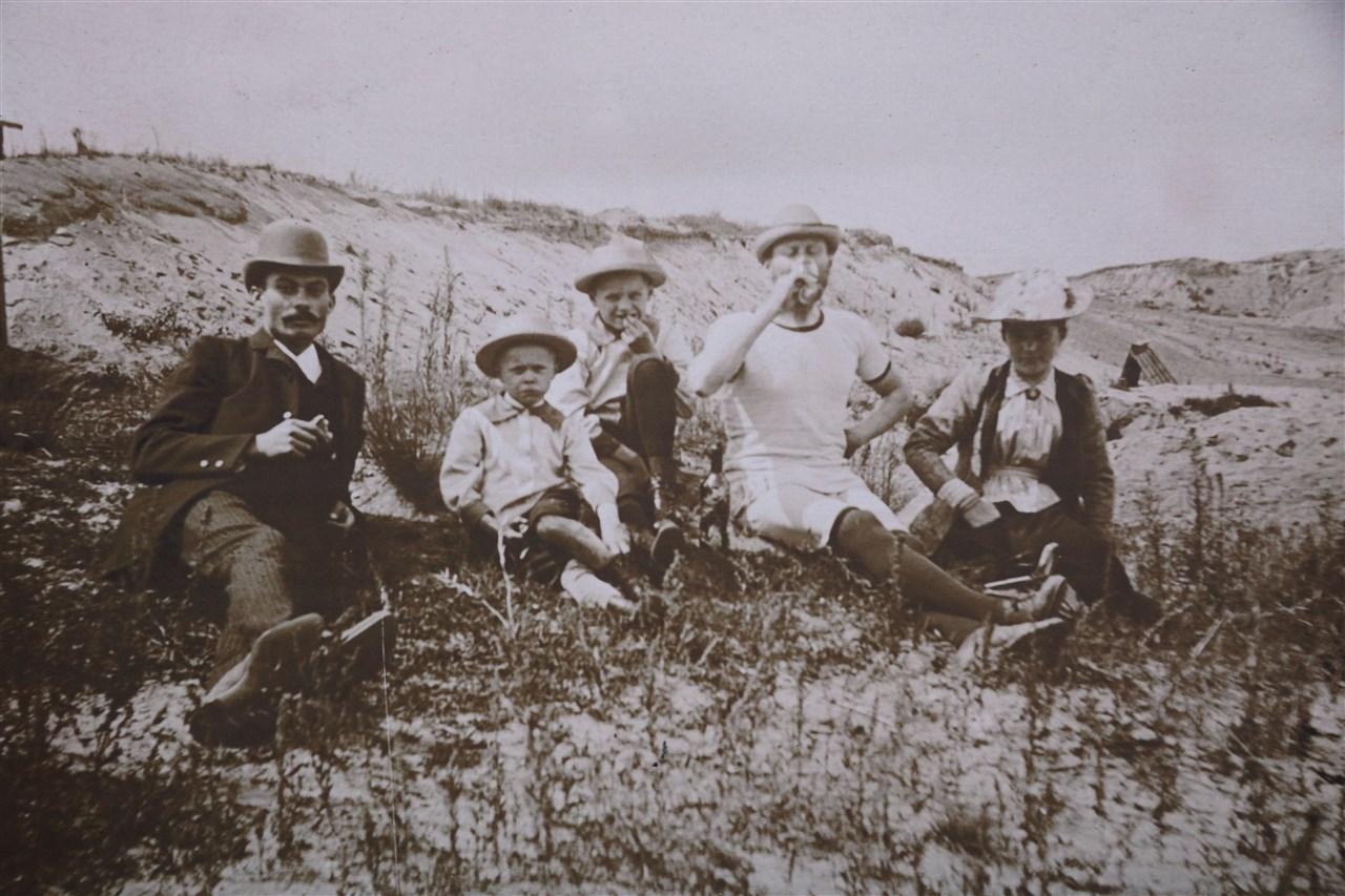 Lilienthal mit Familie am Flugfeld 1892